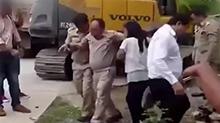 泰国:官员与挖掘机合影 右脚被履带碾压