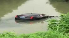 南京:凯迪拉克撞车坠入河中 一家四口生死攸关