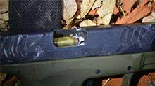 概率比中彩票还要难百倍!警察将子弹射入嫌犯的枪管里