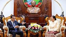 李克强会见老挝国会主席巴妮
