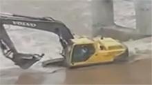 挖掘机水中救人 一铲子救回一条命