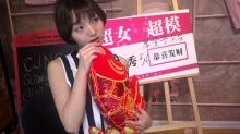 强东玥变身国际范儿超模 喜庆红鲤鱼拍出不一样的味道