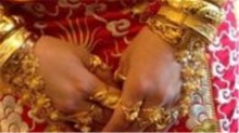 黄金新娘引围观 手镯项链浑身挂不停