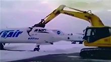 机场工人不满被解雇 用挖掘机砍断飞机头