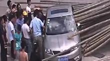 """私家车遭毛竹""""万箭穿心"""" 司机怎么样了?"""