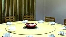 """七旬老人发明""""智能桌"""" 让您从容夹菜"""