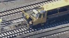 客运列车撞上挖土机 火车头出轨致两人死亡