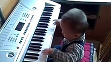 《神奇的孩子》报名萌娃:小北鼻变身钢琴大师 随手演奏原创钢琴曲