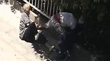刮擦事故引发斗殴 湘潭一小车和电动车发生刮擦 三人打作一团