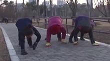 河南:大叔大妈不跳广场舞 学狮子老虎走路健身