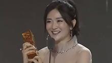 【星闻揭秘】年度最受欢迎综艺女王 <B>谢娜</B>带伤领奖好心疼