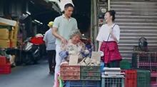 明道<B>王鸥</B>陪明道妈妈菜市场卖地瓜 大声叫卖想出金点