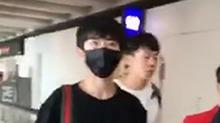 <B>易</B><B>烊</B><B>千</B><B>玺</B>出没香港机场 口罩也挡不住的帅气