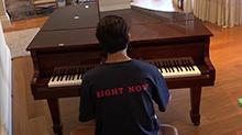 《<B>花儿</B><B>与</B><B>少年</B>》<B>第三</B><B>季</B>花絮:才华横溢!井柏然闲暇时弹钢琴