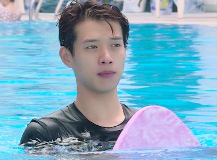 第2期:魏大勋泳池秀肌肉