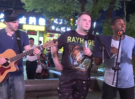 2017快乐男声纪录片第8期:异国快男街头唱响写给长沙的歌