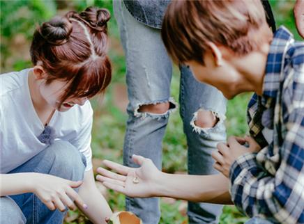 """野生厨房第9期:基诺山""""虫虫宴"""" 林彦俊火箭少女挑战吃竹虫"""
