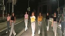 8名女子占机动车道热舞拍视频