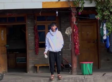 变形计第十七季01期:王烨飞初干农活好崩溃 实力上演《舌尖上的变形计》