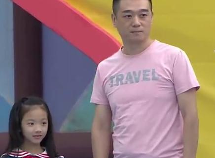 酷帅老爸带着超萌女儿