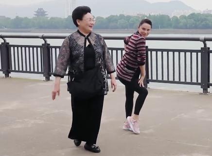 升级版第6期:伊能静教婆婆跳舞
