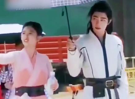 肖战为吴宣仪打伞cp感十足