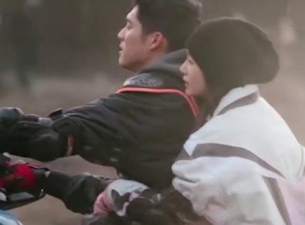 王子文吴永恩乘地铁被偶遇