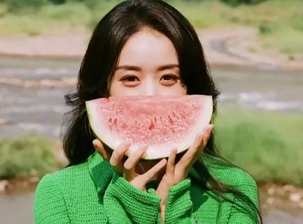 赵丽颖拍初夏写真庆出道15周年